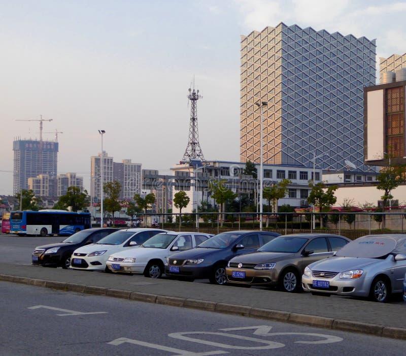 Parkplatz mit hohem modernem Gebäudehintergrund stockbilder