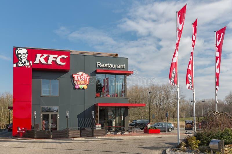 Parkplatz nahe niederländischer Autobahn mit KFC-Fastfoodrestaurant stockfotos