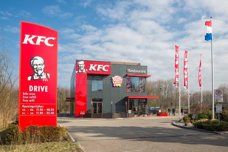 Parkplatz nahe niederländischer Autobahn mit KFC-Fastfoodrestaurant stockfoto