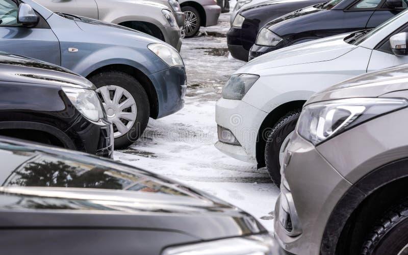 Parkplatz nur im Parkplatz umfaßtes des Schnees, im Detail über Frontstoßstangescheinwerfer und in den Reifen stockfotos