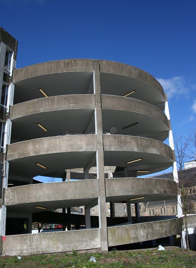 Parkplatz-Spiralerampe stockfotos