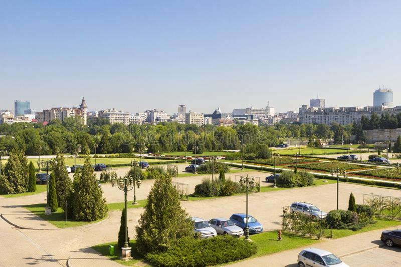 Parkplatz und der Garten vor Casa Poporului lizenzfreie stockfotografie