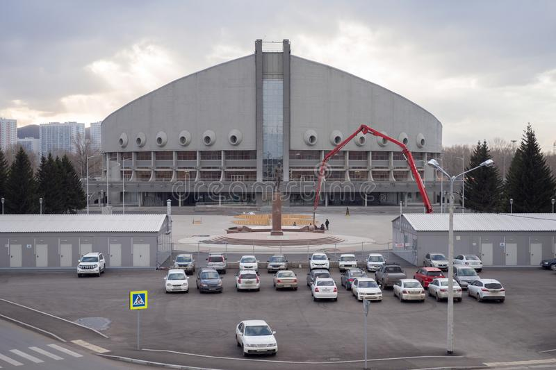 Parkplatz vor Ivan Yarygin Sports Palace, Winter-Universiade-Ort 2019, in Krasnojarsk-Stadt stockbild