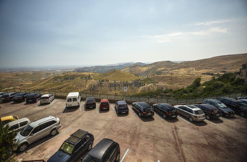 Parkplatz zwischen den Bergen stockbilder