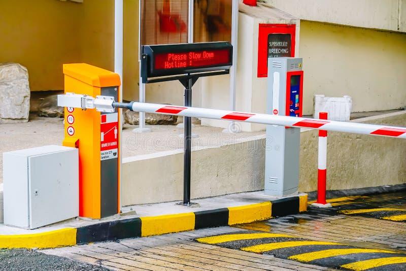 Parkplatzsperre, Sicherheitssystem für das Errichten des Zugangshemmnistorhalts mit Verkehrskegeln und cctv lizenzfreies stockfoto