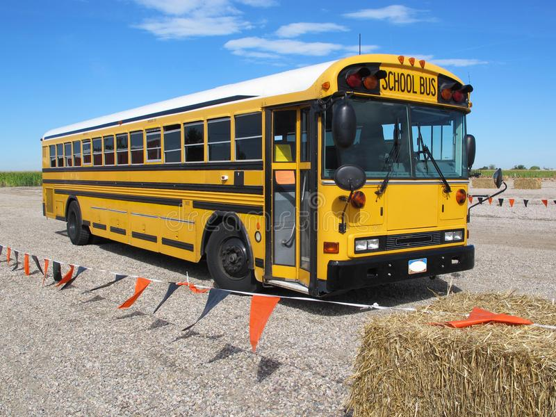 Parkujący autobusów szkolnych Deportowani ucznie na Śródpolnej wycieczce Bezpiecznie obraz stock