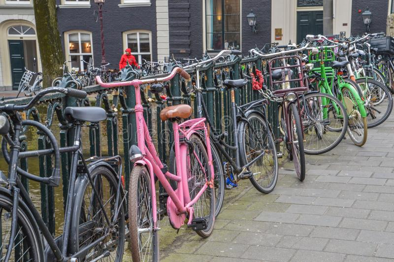 Parkujący Bycicles Przy Amsterdam holandie fotografia stock