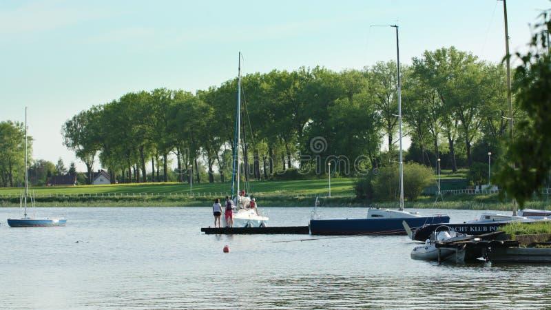 Parkujący jachty przy Pięknym Riverbank zdjęcie royalty free