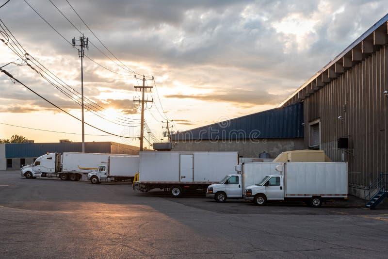 Parkujący samochody dostawczy i zdjęcia stock