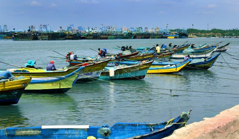 Parkuję duży i małe łódki na karaikal plaży obrazy royalty free