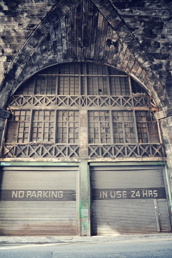 Parkverbotplatz, gebräuchliche 24 Stunden Mitteilung auf alter rostiger Wellblechgarage der Weinlesefarbe, Edinburgh, Schottland, stockfotos