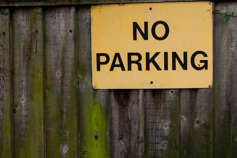 Download Parkverbotsschild Auf Bretterzaun Stockfoto - Bild von verboten, vorgeschrieben: 47101202