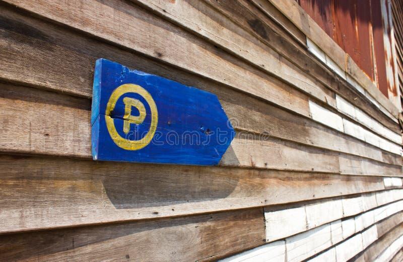 Parkzeichen die alte hölzerne Wand. lizenzfreies stockfoto