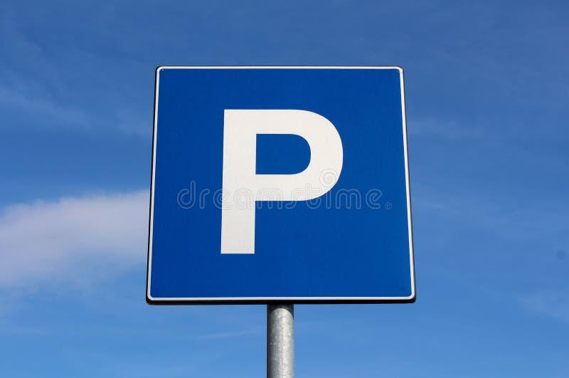 Parkzeichen mit bewölktem Hintergrund des blauen Himmels stockfotografie