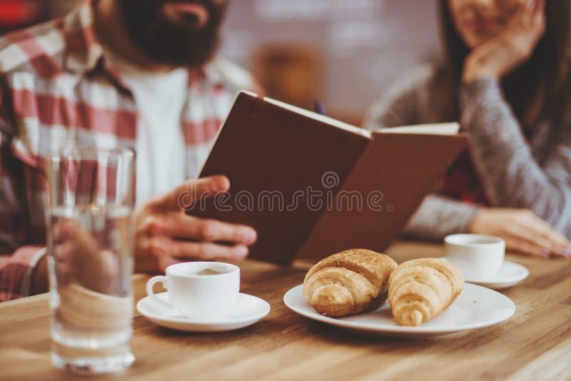 Parläsning i kafé royaltyfri foto