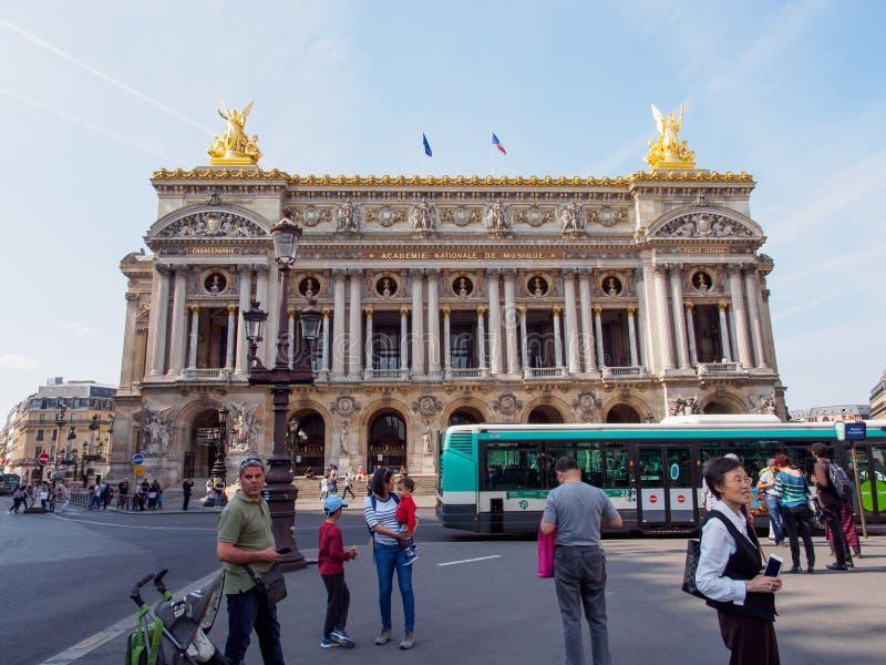 Parlais Garnier Opera House von der anderen Straßenseite, Paris, Frankreich lizenzfreie stockfotografie