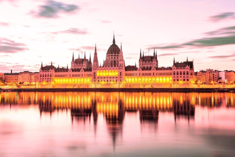 Parlament och flodstrand i den Budapest Ungern under soluppgång Berömd gränsmärke i Budapest arkivbild