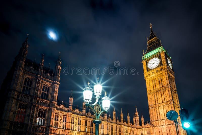 Parlament- och streetlightmörker arkivfoton