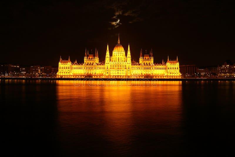 Parlament på natten i Budapest arkivbilder
