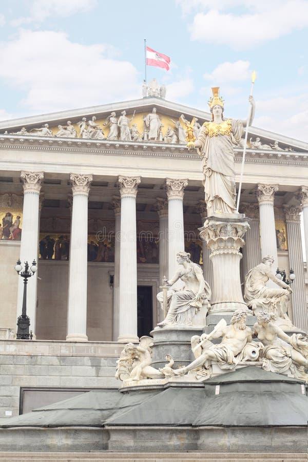 Parlament Vienne avec la grande fontaine photos stock
