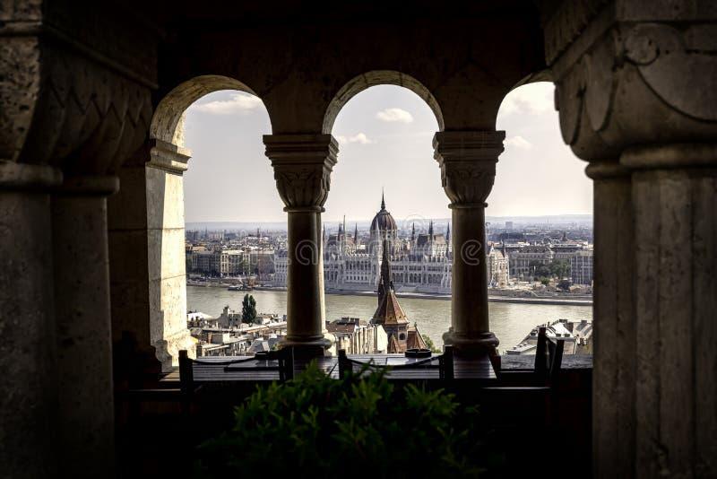 Parlament von der Bastion des Fischers, Budapest stockfoto