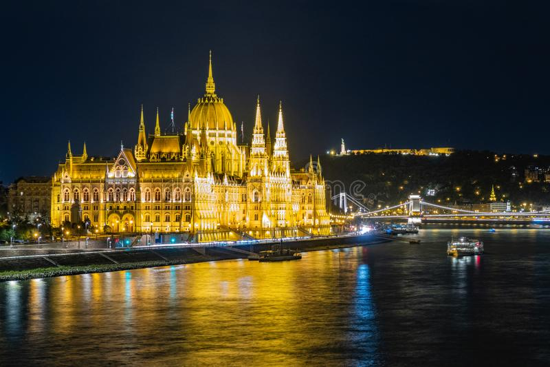 Parlamentet i Budapest nattetid arkivfoton