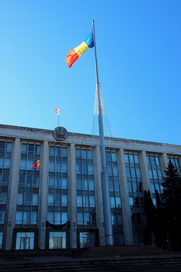 Parlamenthus och den tricolor flaggan, December 13, 2014, Chisinau, Moldavien arkivfoton