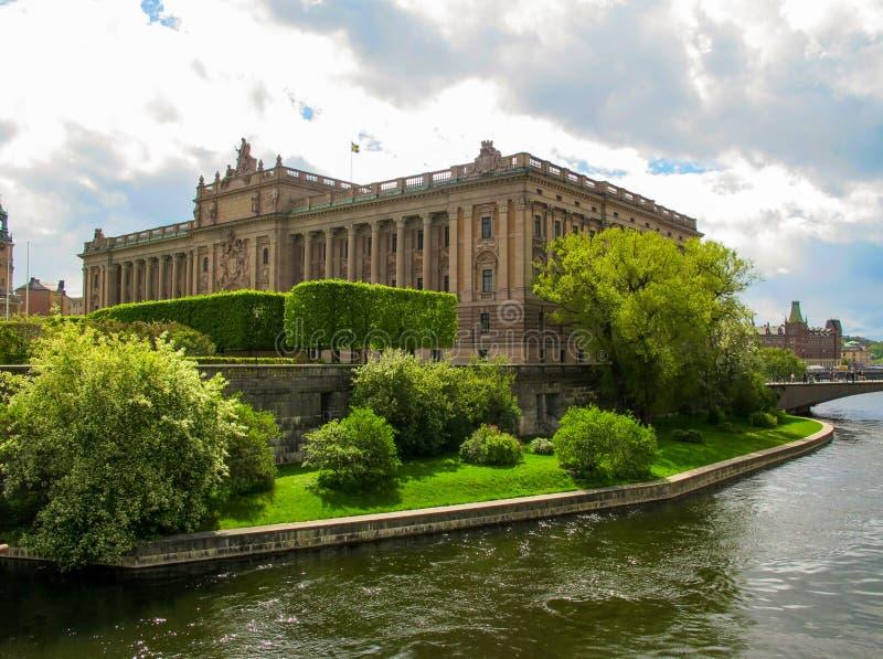 Parlamenthus Riksdag i våren i solig dag, Stockholm royaltyfri foto