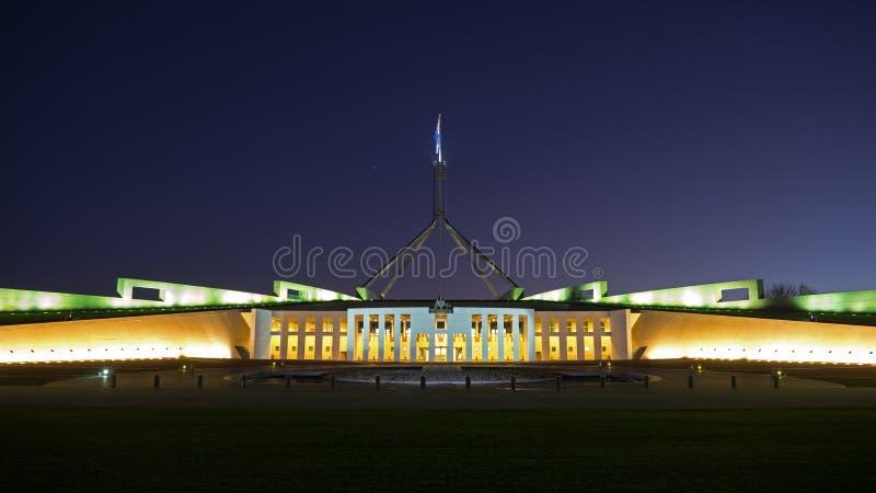 Parlamenthuset av Australien på natten arkivfoton