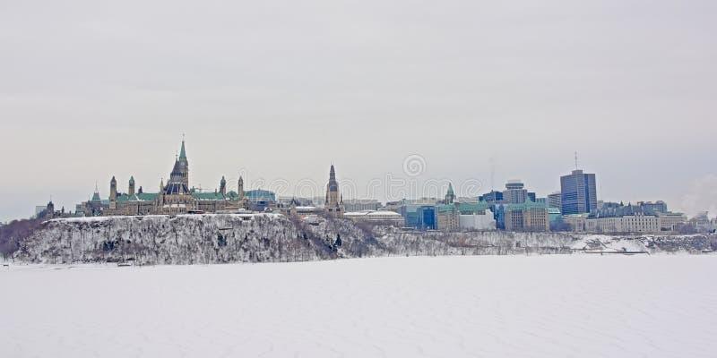 Parlamentkulle och högsta domstolen i Ottawa som ses från över den Ottawa floden på en kall vinterdag med snö arkivbild