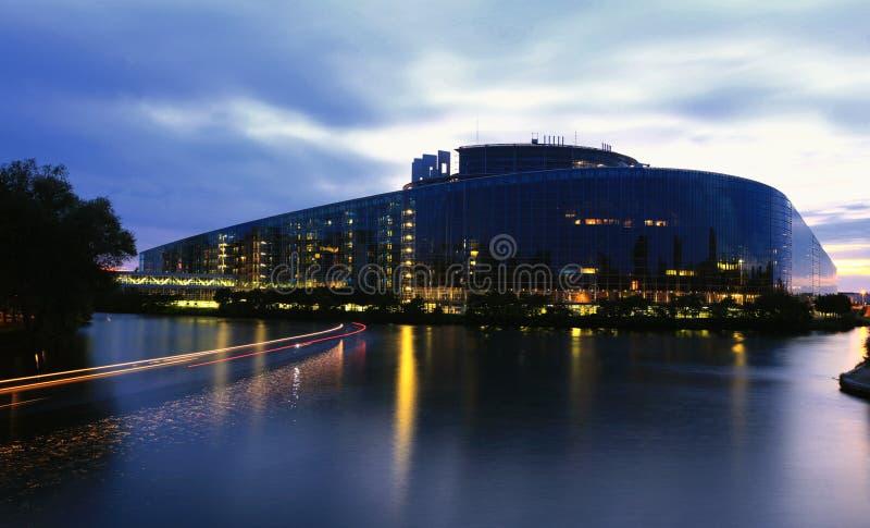 Parlamento Europeo alla notte immagine stock libera da diritti