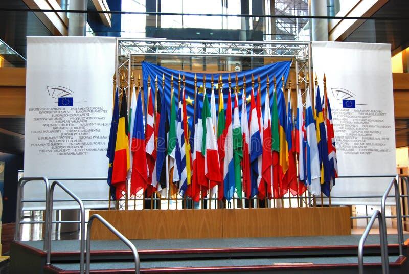 Parlamento Europeu, interior, bandeiras de país dentro da construção imagens de stock royalty free
