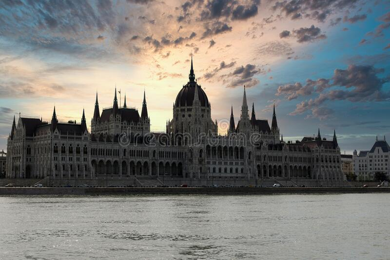 Parlamento húngaro ao pôr do sol em Budapeste fotos de stock royalty free