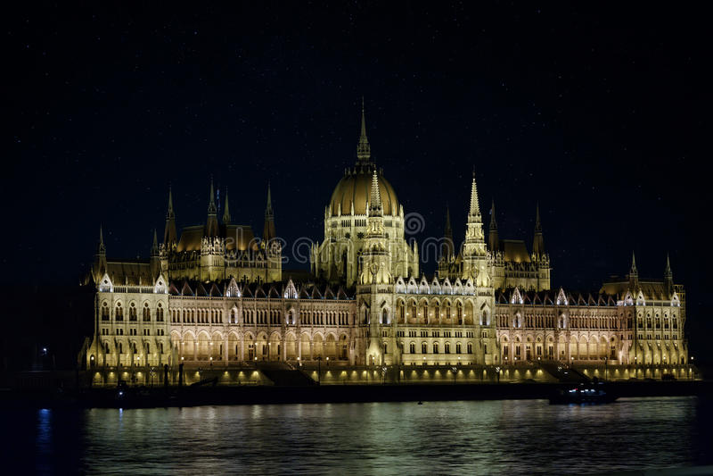Parlamento ungherese a Budapest alla notte immagine stock
