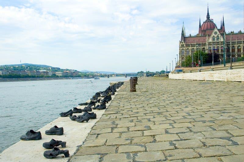 Parlaments-Gebäude in Budapest und in den Schuhen lizenzfreie stockfotografie