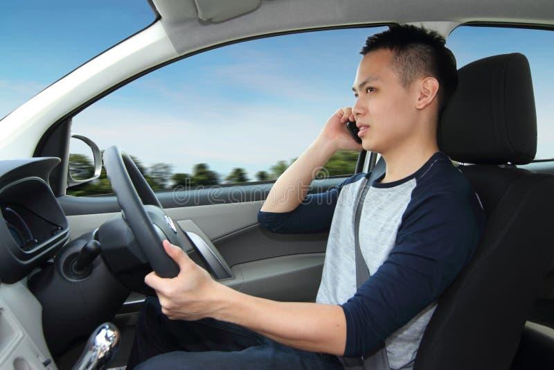 Parlando sul cellulare mentre guidando fotografie stock