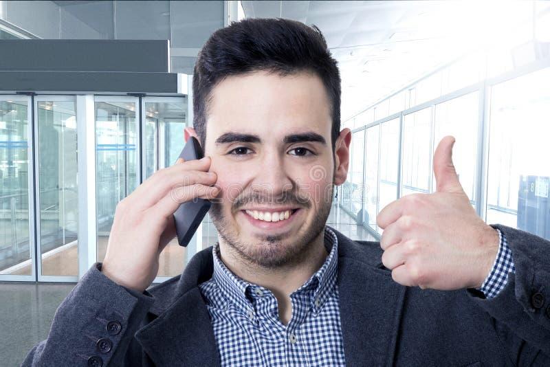 Parlando sul telefono cellulare all'approvazione immagini stock libere da diritti