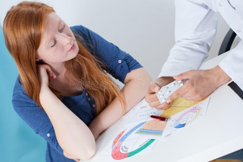 Parlare della contraccezione con il ginecologo fotografia stock