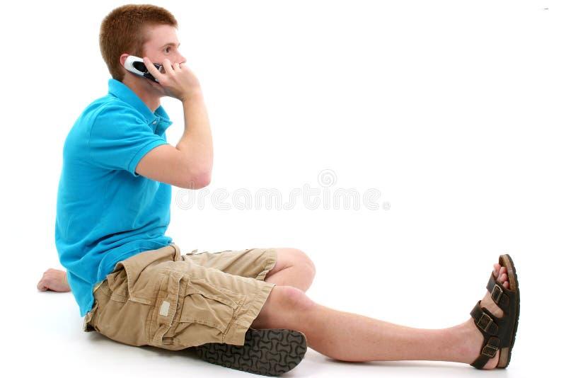 Parlare teenager casuale sul cellulare immagini stock libere da diritti