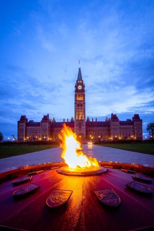 Parlementsgebouw van Canada en honderdjarige vlam stock fotografie