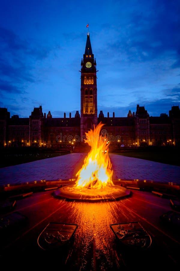 Parlementsgebouw van Canada en honderdjarige vlam royalty-vrije stock foto's