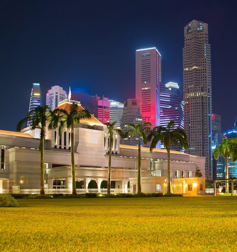 Parlementsgebouw van Singapore bij nacht stock afbeelding