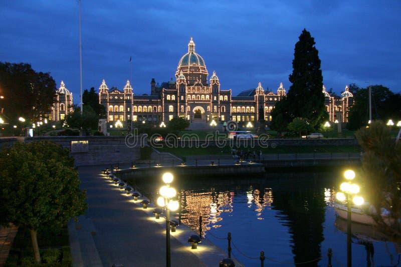 Parlementsgebouwen bij nacht, pijlers, Victoria, Canada stock fotografie