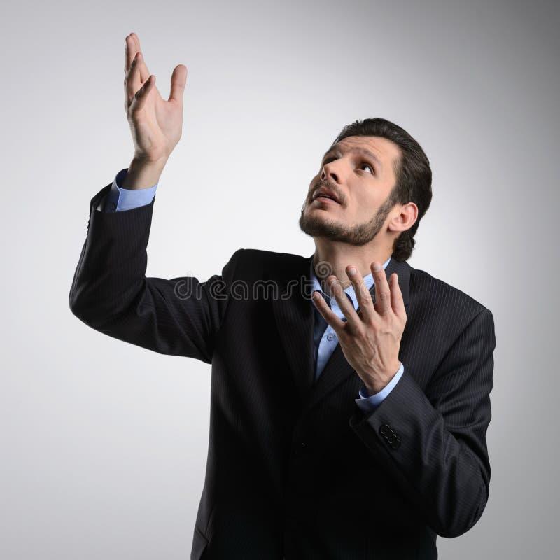 Parler à Dieu. Homme d'affaires barbu dans le formalwear se tenant avec photographie stock libre de droits