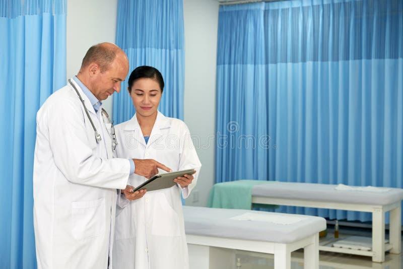 Parler à l'infirmière photographie stock libre de droits