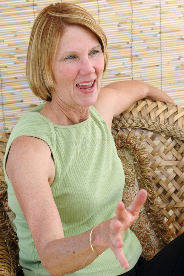 Parler aîné normal de femme photos stock