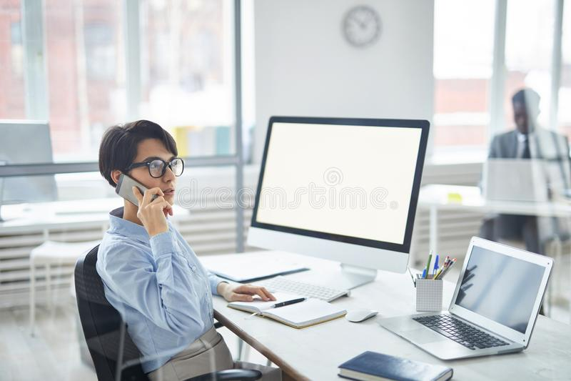 Parler au client au téléphone photo libre de droits
