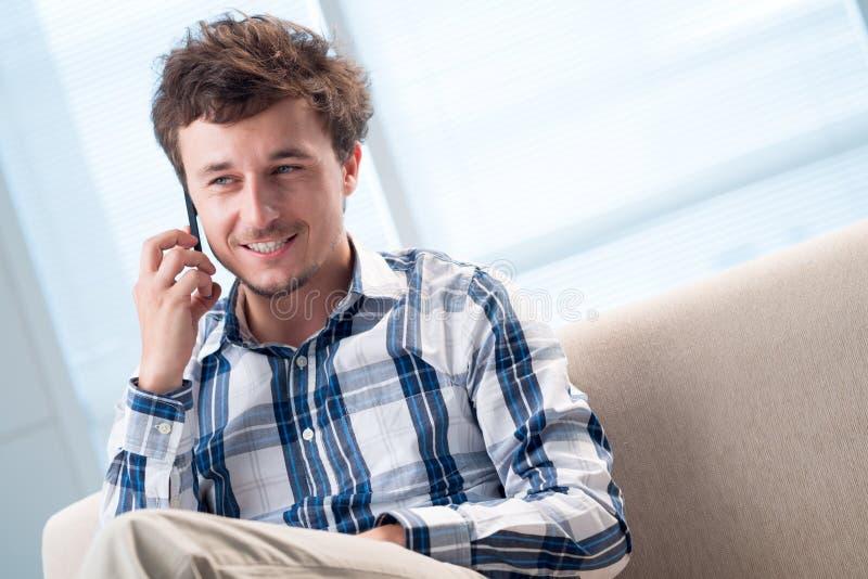 Parler au téléphone photographie stock libre de droits