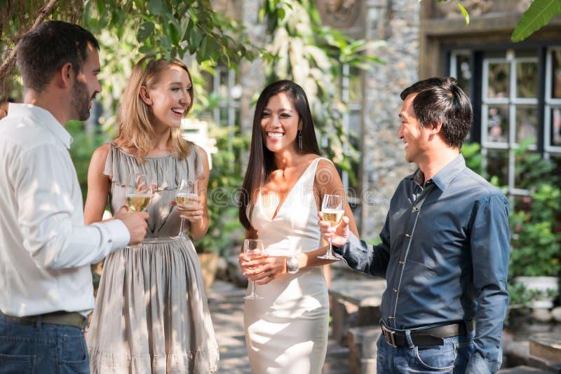 Parler aux invités photos stock