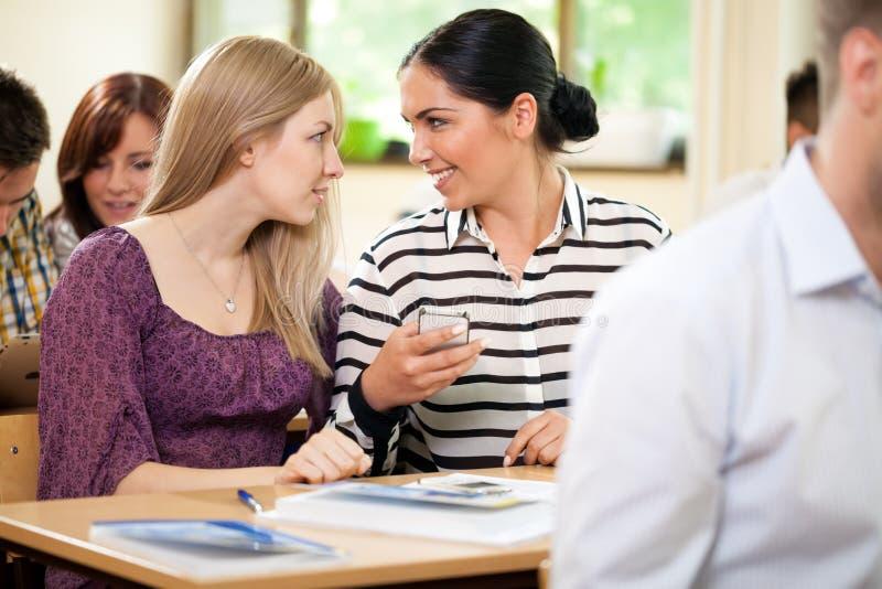 Parler d'amis d'étudiants image stock